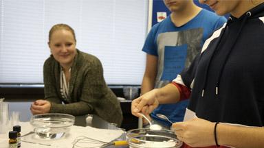 Luisa Fitz mit Schülern des PMHG